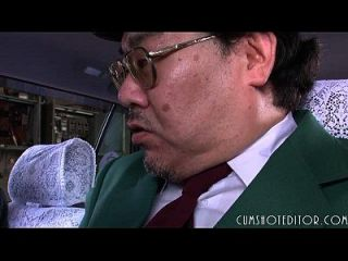 8 unterwürfige japanische Schlampe Essen Sperma in einem Auto