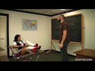 Schulmädchen wichst den Lehrer ab