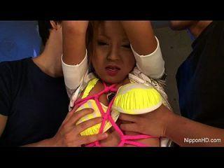 schlechtes kleines asiatisches Mädchen wird bestraft