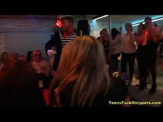 slutty teens saugen und ficken Strippers bei cfnm Party