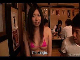 japanische sexy izakaya String Bikini Clad Mitarbeiter untertitelt