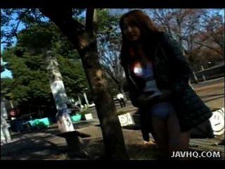asian floozy zieht ihre Kleider in der Öffentlichkeit aus