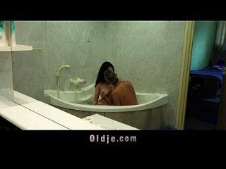 busty böse Mädchen gibt alten Mann nass angenehm in der Badewanne