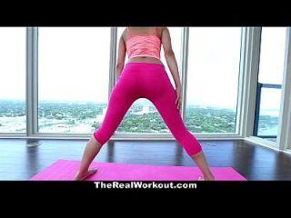 therealworkout 18 yr alte Pussy ausgedehnt während Yoga
