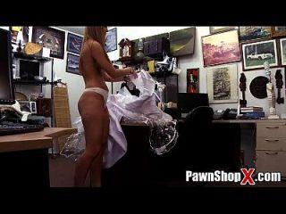 verzweifelte Braut verkauft ihr Kleid und Arsch für schnelles Geld im Pfandhaus xp14512 hd