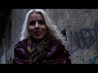 Bargeld hungrige Blondine abgeholt in der Öffentlichkeit für Sex