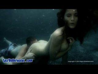 Busty Babe fickt unter Wasser
