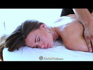 pornpros kacy wird von Pussy zu Zehen massiert
