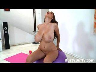 busty buffy üben nackt yoga