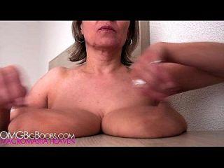 Mama hat schlaffe Brüste