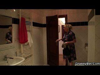 busty blonde Oma gefällt ihm nach der Dusche