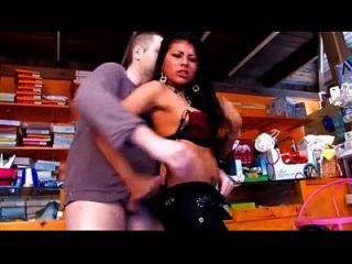 sexy Latina mit großen Titten in den Laden gefickt, wo sie arbeitet
