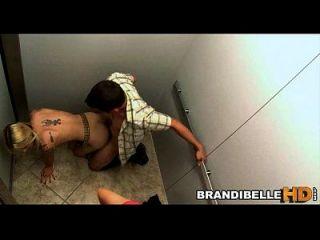 Brandi Belle stecken im Aufzug als Paare ficken
