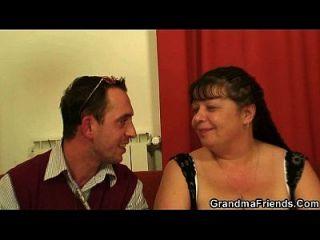 Interview mit fetten reifen Frau führt zu 3some