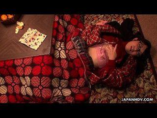 nerdy asian teen reibt ihre Fotze unter die Decke