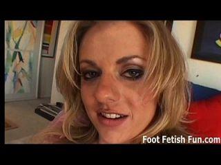 Wenn du meine Füße leckst, gebe ich dir einen tollen footjob