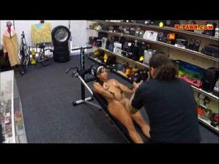 Ebenholz Gym Instruktor von Pfandmann gefickt, um Geld zu verdienen