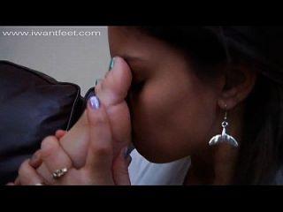 Sie verehrt die Füße ihres Freundes nach einem Date