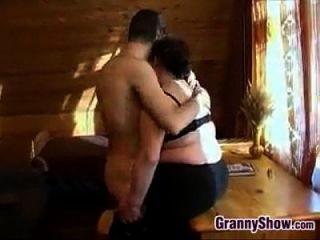 mollige Oma, die etwas Schwanz in ihr hat