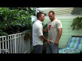 böse Homosexuell wird geschlagen und gepisst
