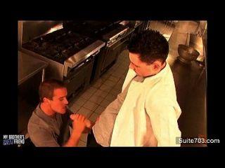 freche Homosexuelle schaukeln in der Küche