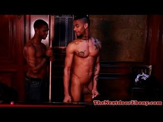 afrikanische Homosexuelles Hagel gebohrt auf Billardtisch