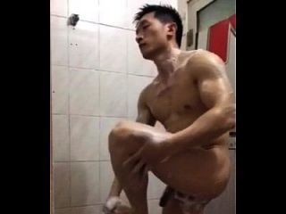 japonês gostoso tomando banho na akademie