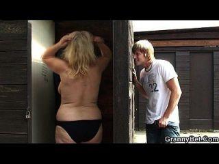 busty blonde granny schlug in der öffentlichen Umkleidekabine