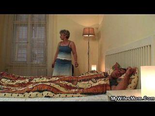 skandalisierte Tochter findet ihre alte Mutter, die seinen Schwanz reitet