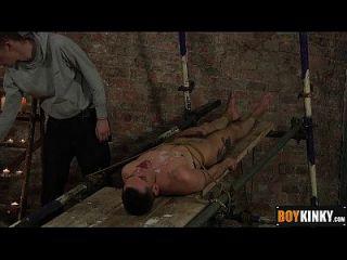 ashton setzte seinen Schwanz zwischen seine Füße und streichelt es hart