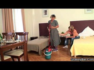 Reinigung reife Frau reitet sein hartes Fleisch