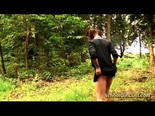 busty Schulmädchen ist in den Wald geschraubt