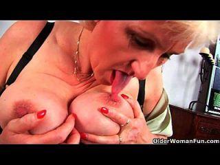 Oma Anna mit ihrem großen Tittenfinger fickt ihre süße reife Pussy