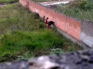 busty Mädchen im Freien Doggy schlug
