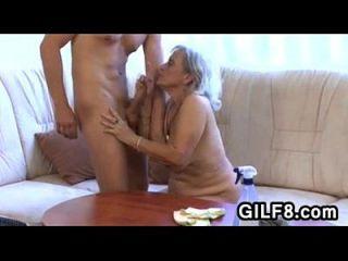 alte Putzfrau wird von einem jungen Mann gefickt