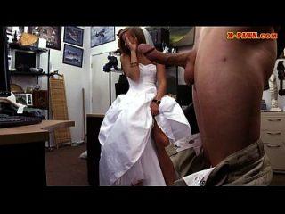 Braut, um ihr Hochzeitskleid zu pflegen und von Pfandmann genagelt zu werden