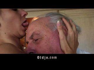 Fetischist brunette lecken faltigen alten Mann