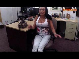 booby latina verkauft ihre handys und gefickt im pawnshop