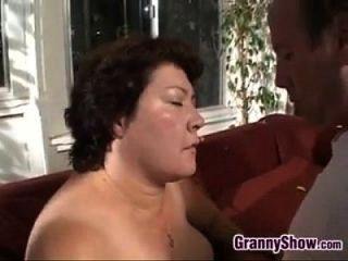 große Oma erfreulich Hahn und Ficken