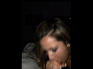 heiße Frau nimmt einen Schluck Sperma, während auf einem iPhone gefilmt