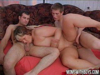 freche Jungen stören ihre Stiefmutter im Schlaf