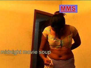 sehr heiße indische Hausfrau nach dem Bad tragen saree Junge sehen heimlich