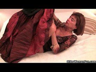 britische und krassige Oma fickt sich mit einem großen Dildo