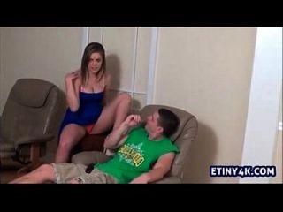 sexy teen necken ihre Schritt Bruder