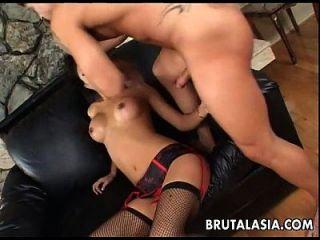 Asiatische Brünette Hure saugt und bekommt Arsch gefickt echt rau