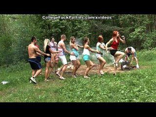 Schmutzige College-Schlampen drehen eine Outdoor-Party in wilde Fick-Fest-Szene 1