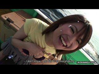 asian lass spielt mit ihrem spielzeug und ihre fotze