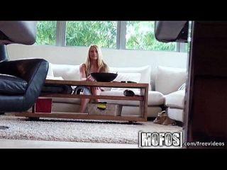 Mofos heiße Blondine gibt ihr eine Show