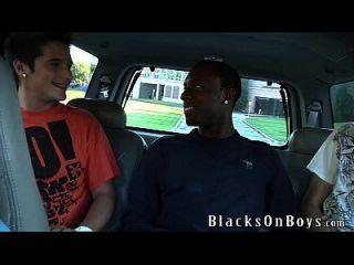 Cali Boi wird von zwei weißen Jungs gefickt