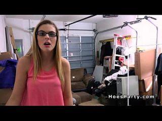 Dreier Hardcore Party auf Sofa in Garage